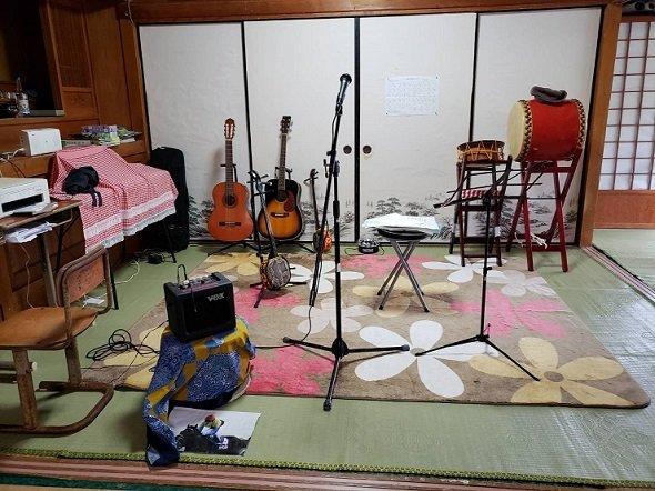 楽器は、ピアノにギター、三線、太鼓、もちろん飛び入り参加も歓迎(写真提供:新垣英子さん、以下同)