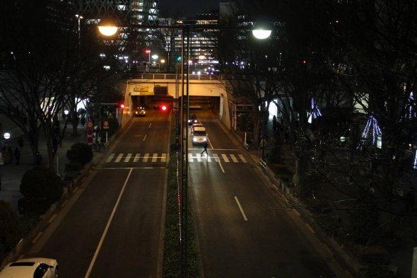 観た人ならニヤリとしてしまう、西口の中央通りの一角。映画は西口からTOHOシネマズ新宿へのカーチェイスで幕を開ける