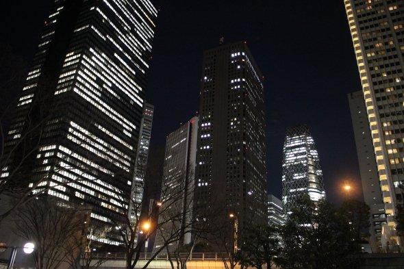 劇中で見覚えのある夜景が西口でも東口でも広がっている