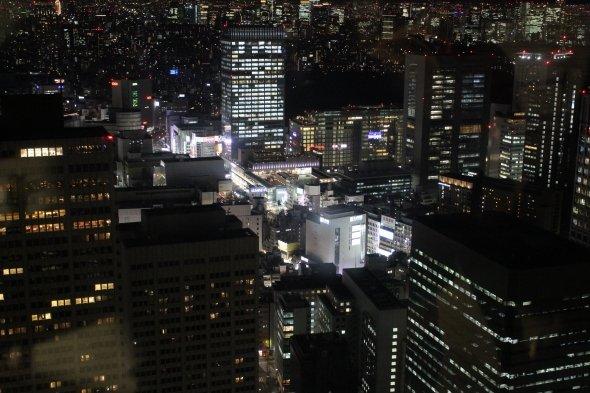 30年前から一段と明るくなった新宿南口の夜。中央右上の黒い場所が激戦が繰り広げられた新宿御苑