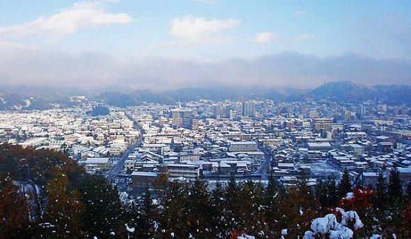 冬の高山市街を望む(Nickauraさん撮影、Wikimedia Commonsより)