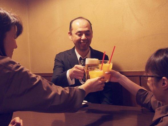 店員さんが最初の乾杯をお手伝い