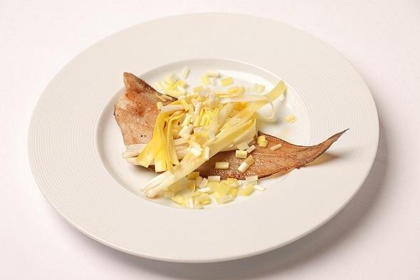 黄ニラの自家製ピクルスと舌平目のムニエル~焦がしバターのソースで~