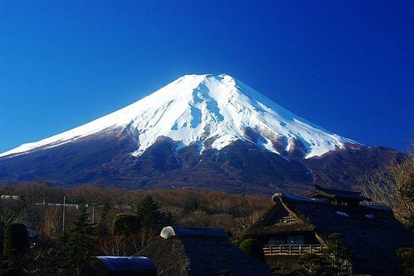 忍野八海から見た冬の富士山(名古屋太郎さん撮影、Wikimedia Commonsより)