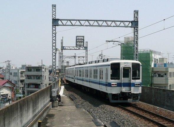 2両編成の短い電車が行き来する大師線だが、西板線として完成していればどうなっていただろうか(Nyao148さん撮影、Wikimedia Commonsより)