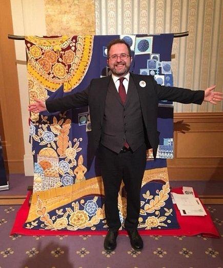KIMONOの前に立つ、レオン・マラゾーグ駐日コソボ共和国大使