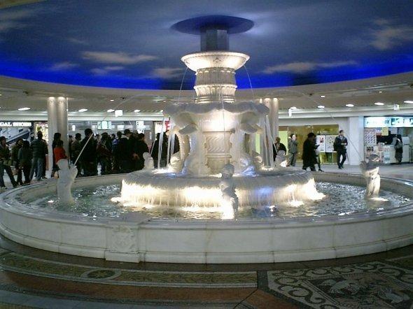 梅田の地下ではわかりやすいスポットだった泉の広場だが、19年5月で姿を消す(Mr.ちゅらさん撮影、Wikimedia Commonsより)