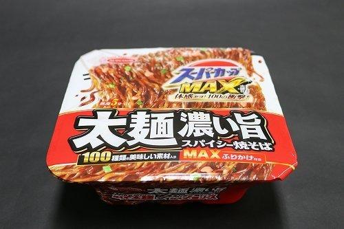 今回話題の「スーパーカップMAX大盛り太麺濃い旨スパイシー焼そば」