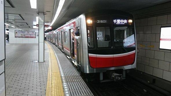 スマホが扉に挟まれただけで、電車が止まる?(モロシさん撮影、Wikimedia Commonsより)