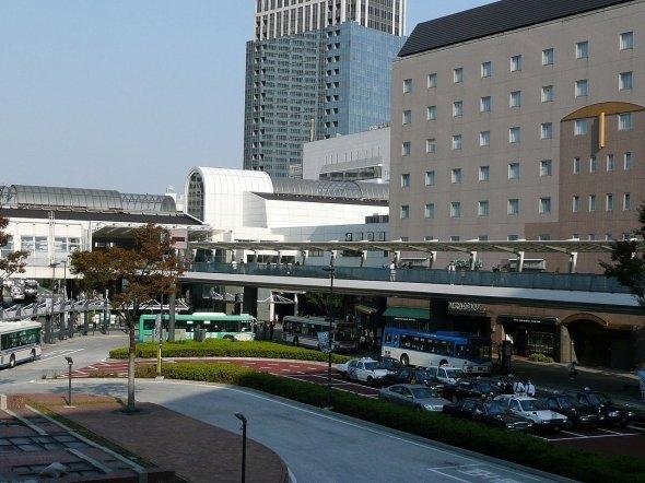 川崎駅の特に西口は工場跡地が再開発されて様変わりした(Nyao148さん撮影、Wikimedia Commonsより)