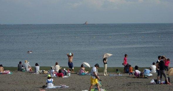 「チャコの海岸物語」で歌われた烏帽子岩も、駅から南方のサザンビーチちがさきから望める(Gokiさん撮影、Wikimedia Commonsより)