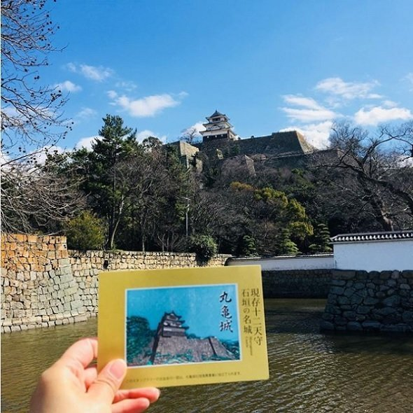 実物の丸亀城と、完成した台紙を見比べる(丸亀市観光協会公式インスタグラムより)