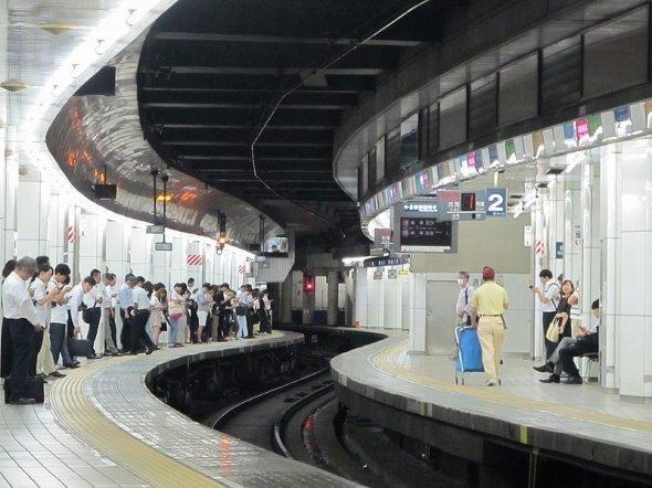 画像奥、線路の左上に天井から出っ張りと小窓があるのがお分かりだろうか。ここが駅員さんのDJブース(ButuCCさん撮影、Wikimedia Commonsより)