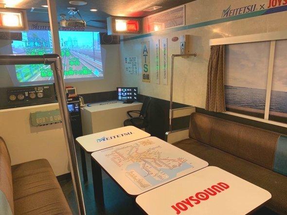 画像奥に見えるモニターに名鉄名古屋駅と同じ発車標が見える。その前にある椅子に座ってDJ駅員カラオケができる