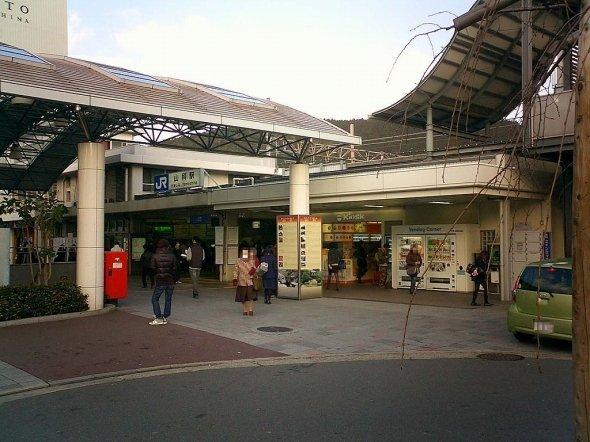 京都駅から1駅、約5分で到着する山科駅(Onagadoriさん撮影、Wikimedia Commonsより)