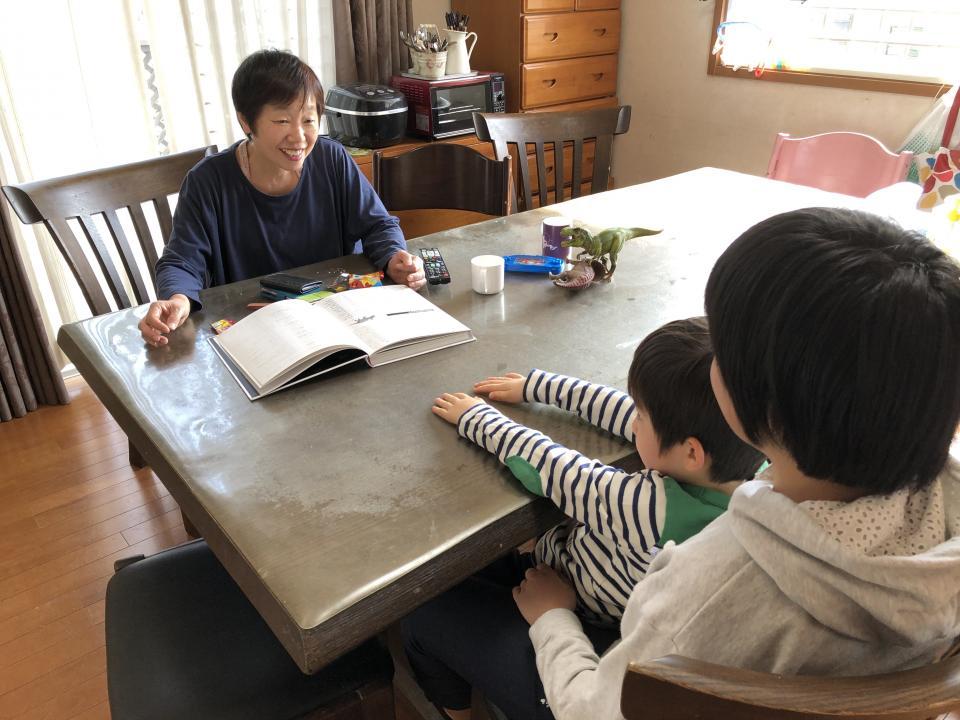 坂本洋子さん(左)。14歳のお姉ちゃんと甘える5歳の男の子は仲睦まじい