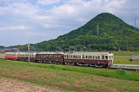 新緑の中を快走する4両のレトロ電車。右から500号・300号・120号・23号。(lofter@ぱっしょんと?ぶ(@passiontobu8571)さんのツイートより)