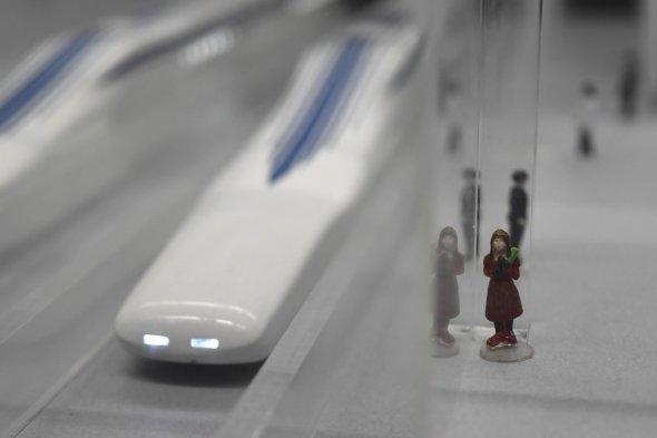 この赤い服と帽子の女性、見覚えがありませんか?(提供:リニア・鉄道館)
