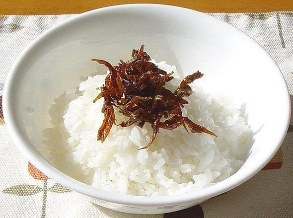 ご飯にのせたイカナゴの釘煮(Ro-~commonswikiさん撮影、Wikimedia Commonsより)
