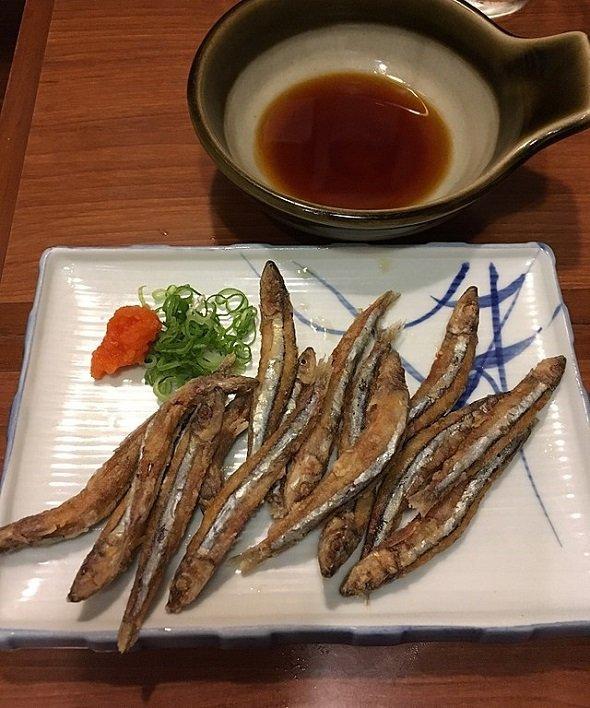 キビナゴの唐揚げ(Madoro Ishiiさん撮影、Wikimedia Commonsより)