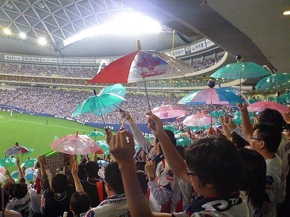 ヤクルトファンの応援風景。2011年秋、クライマックスシリーズファイナルステージ、ナゴヤドームにて(shiori.kさん撮影、Wikimedia Commonsより)