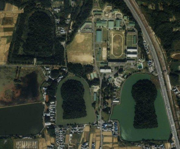 中央上の学校のような場所が奈良基地(C)国土画像情報(カラー空中写真) 国土交通省