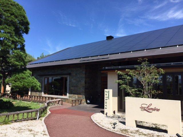 和モダンな雰囲気のワインショップとレストラン・ゼルコバのある建物