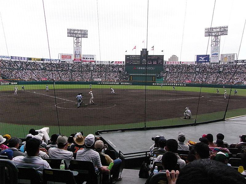 阪神甲子園球場(WikimediaCommonsより、江戸村のとくぞうさん撮影)