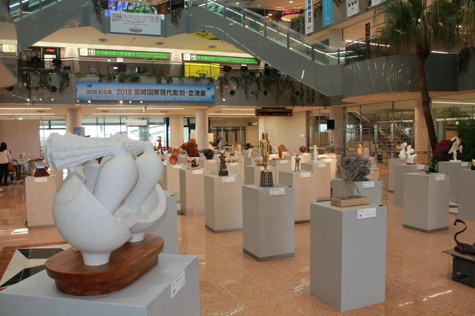 彫刻展の様子。モルゲッソヨも見える(宮崎空港ビル提供)