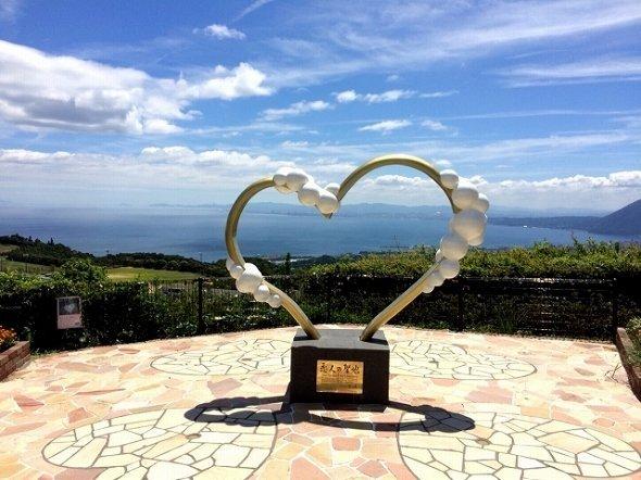 恋人の聖地に選定されている「別府湾サービスエリア」のモニュメント