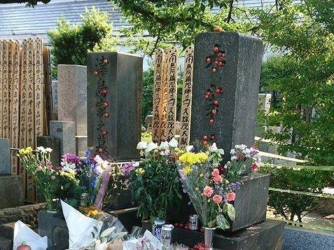 墓にサクラボがギュウギュウに(小上 川花@kawahanarururuさん提供)