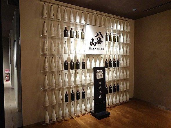八海醸造館内のブース(Rebirth10さん撮影、Wikimedia Commonsより)