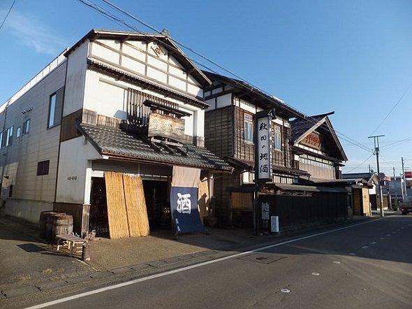 秋田県美郷町の高良酒屋と栗林酒造店(掬茶さん撮影、Wikimedia Commonsより)