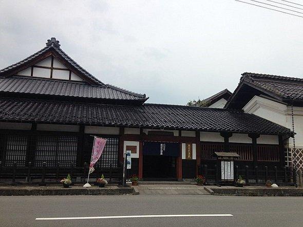 米沢市内の小嶋屋総本店(立志堂さん撮影、Wikimedia Commonsより)