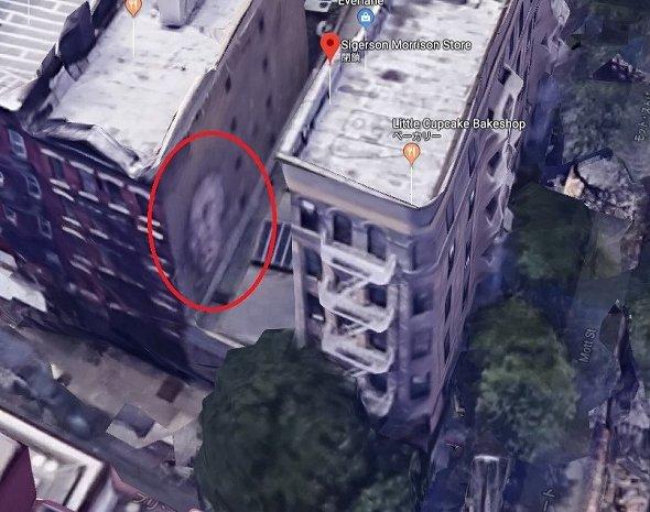 赤で囲った部分が壁画 (C)Google