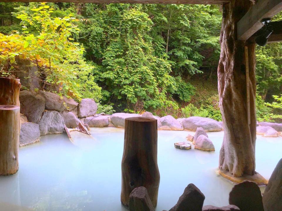 にごり湯の色の変化が楽しめる混浴露天
