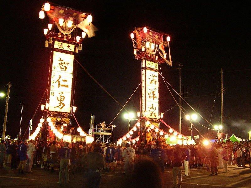 巨大なキリコを使ったお祭りも(WikimediaCommonsより、Steph & Adamさん撮影)