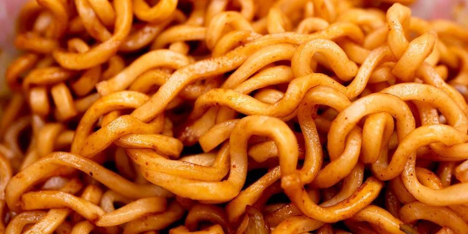 太めでがっしりした食感の油揚げ麺