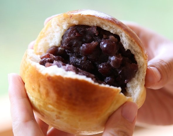 あんこに「叶 匠壽庵」の和菓子に使う浅井大納言小豆を使用した「Bakery&Cafe野座」のあんぱん、大津市