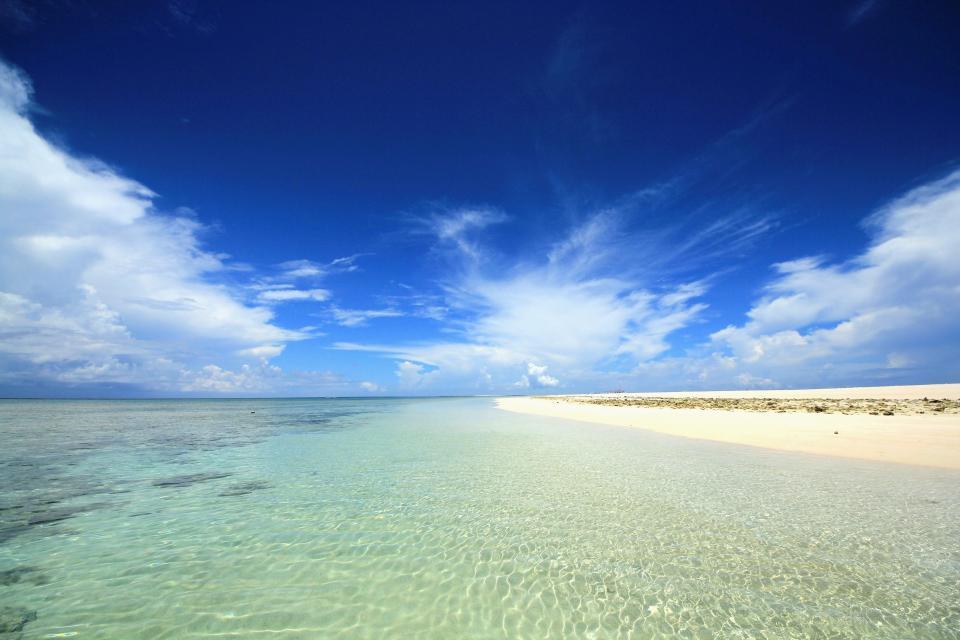 久米島の青い海と白い砂浜には高校生ならずとも魅了される