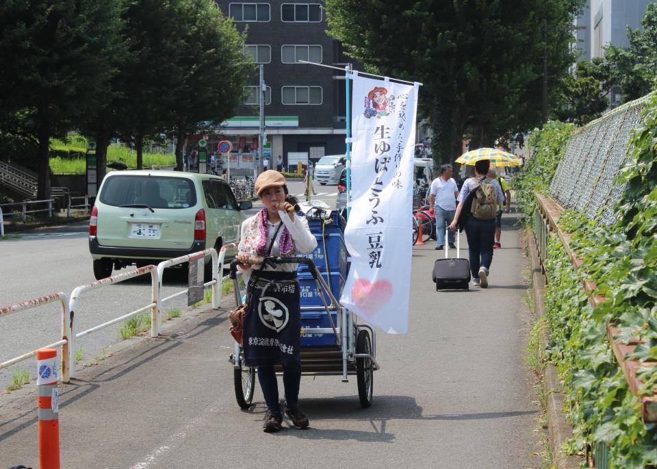 JR四ツ谷駅付近でリヤカーを引く菅谷晃子さん(2019年7月撮影)