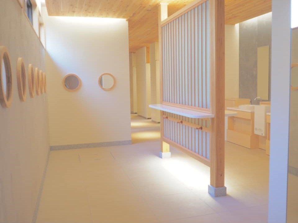 おもてなしトイレの内装(宮島観光情報公式FaceBookより)
