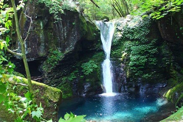 流れている水を見ることができたら、ラッキーだ。おしらじの滝(矢板市商工観光課ウェブサイト「HAPPYHAPPO」より)