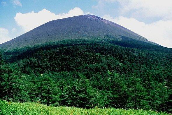 浅間山と噴煙(Alpsdakeさん、1996年9月撮影、Wikimedia Commonsより)