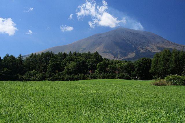嬬恋村から望む、浅間山(shinohalさん撮影、Wikimedia Commonsより)