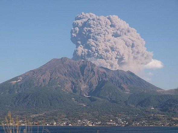 桜島と噴煙(Peter Chovanecさん撮影、Wikimedia Commonsより)