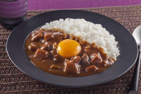 これが生卵カレー(画像はハウス食品公式サイトより)