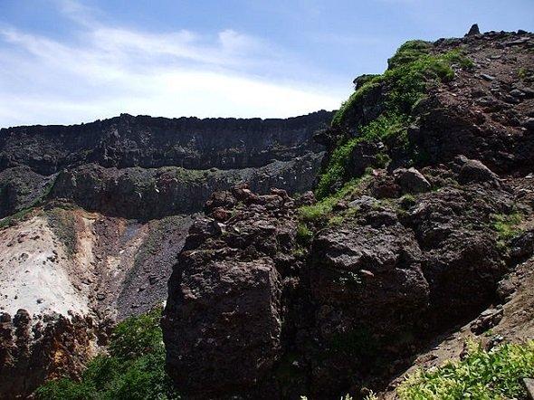 硫黄岳の爆裂火口(Mass Ave 975さん撮影、Wikimedia Commonsより)