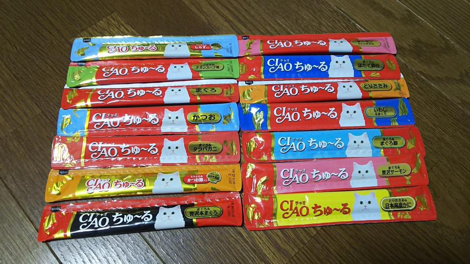 「かつお」や「まぐろ」味に加え「タラバガニ」味もある。猫に大人気だ(画像はいっつうさん(@ittsuu730)提供)
