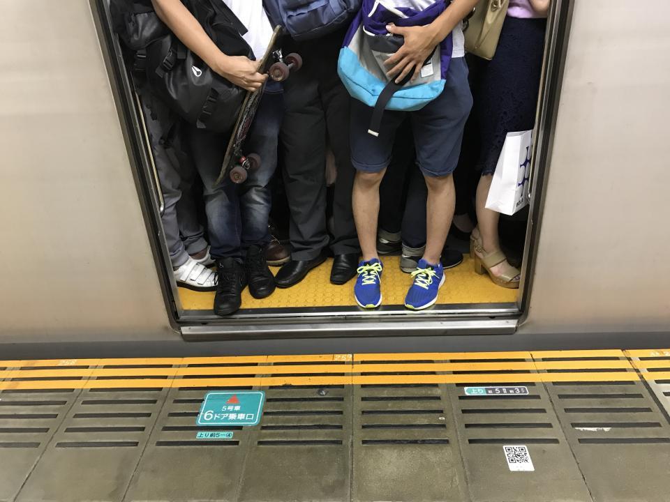 満員電車に逃げ場なし(画像はイメージ)